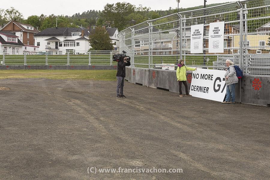 Le groupe Le conseil des canadiens installe une pancarte sur la clôture de la zone de libre expression à La Malbaie le 7 juin 2018. Photo Francis Vachon pour Le Devoir.