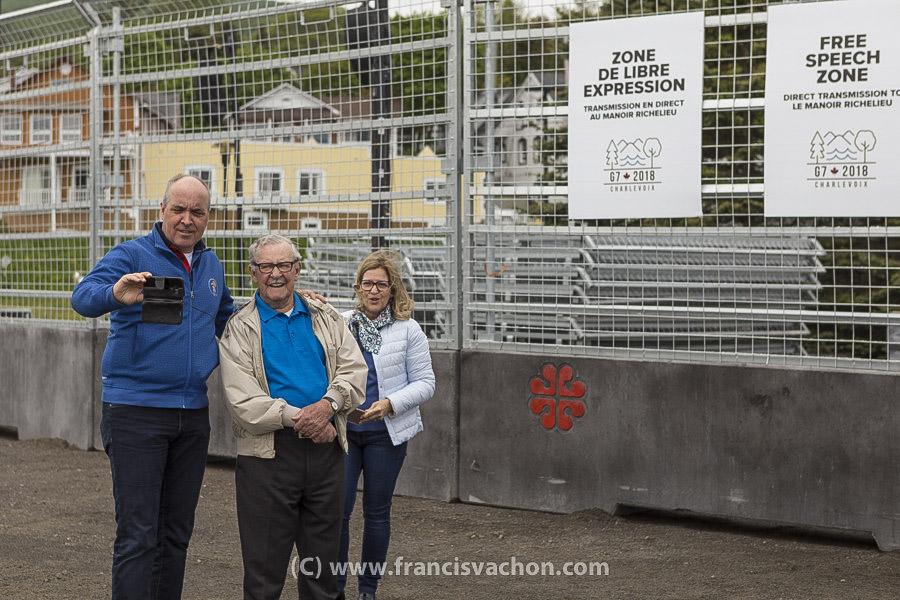 Un groupe venu à La Malbaie en touriste se prenne en photo dans la zone de libre expression à La Malbaie le 7 juin 2018. Photo Francis Vachon pour Le Devoir.