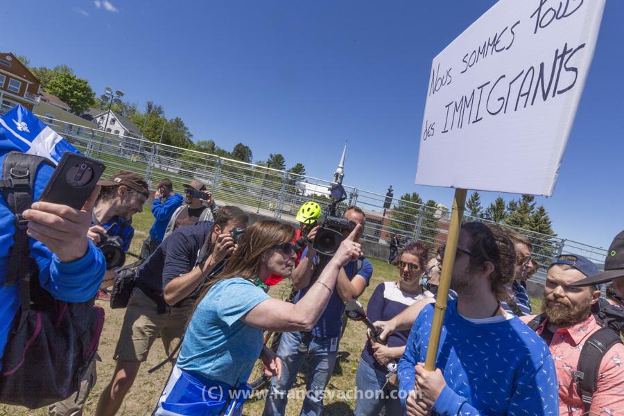 Une militante du groupe ultra-nationaliste Québec libre en action s'en prend verbalement à un contre-manifestant dans la zone de libre expression à La Malbaie le 9 juin 2018.