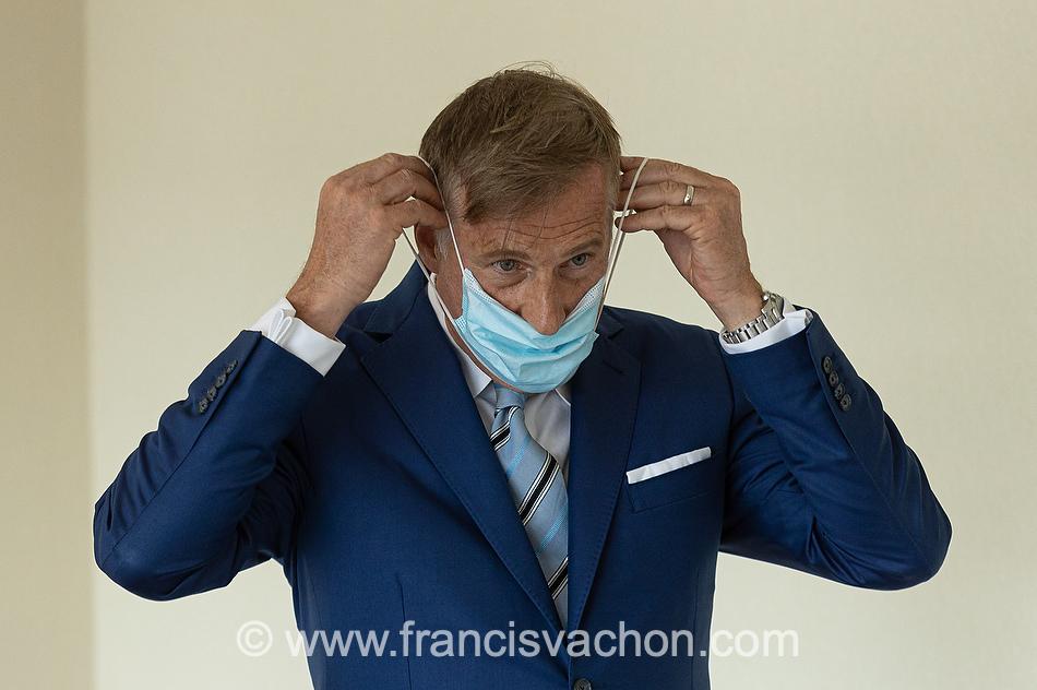 Maxime Bernier, chef du PPC, remet son masque après s'être adressé aux medias lors du lancement de sa campagne électorale à l'hôtel Georgesville de St-Georges de Beauce la 20 août 2021.
